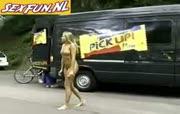 Blonde dame loopt naakt op straat