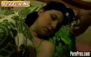 Mooie jongedame wordt terwijl ze ligt te slaapt verwend