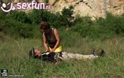 Bergbeklimmer word gepijpt door geile oma