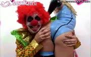 Kut clown steekt zijn rode neus in andere zaken.
