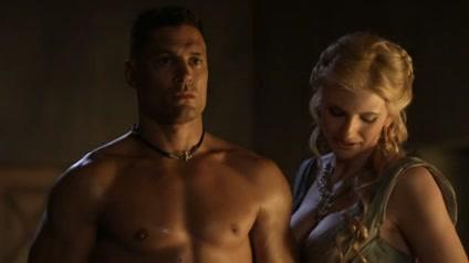 Lucy Lawless keurt de penis van een gladiator
