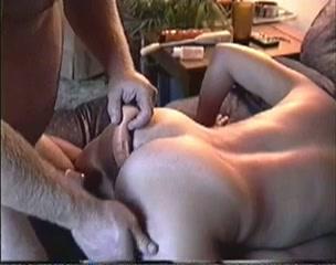 Haar man filmt hoe hij een dildo in haar anus duwt onder het neuken