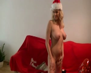 Deze blonde lesbo wenst iedere lesbische en geile kerst