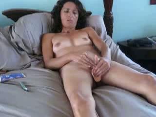 Haar man filmt hoe zij met een dildo in haar kut haar kittelaar stimuleert