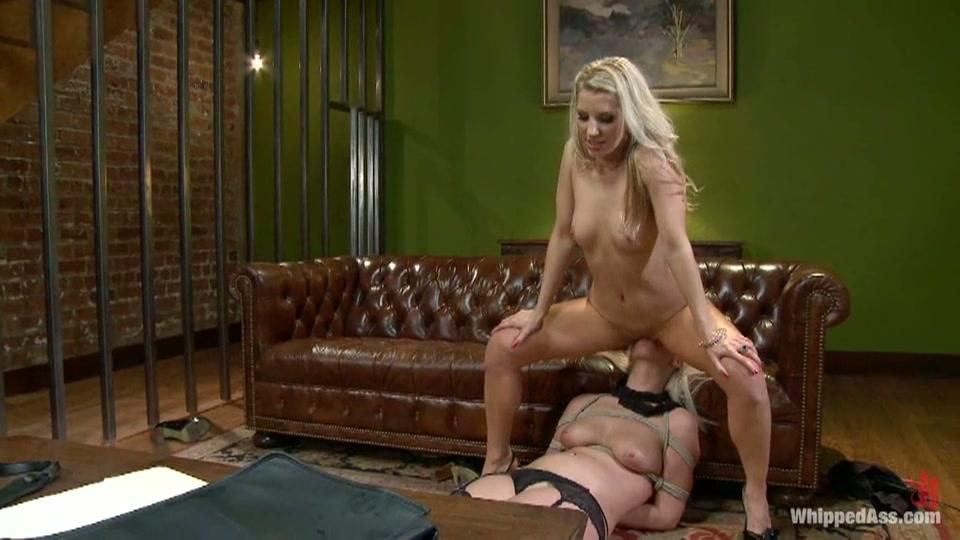 Lesbo slaaf anal geneukt met voorbind dildo
