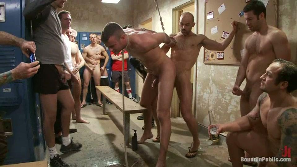 Vast gebonden word de homo vernederd in de kleedkamer door een groep homo's