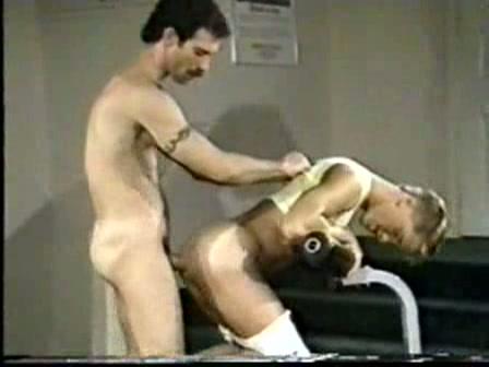 Jonge homo boy diep anal geneukt in de sportschool