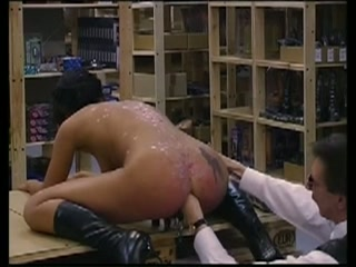 Met klemmen op haar schaamlippen extreem anal gevuist neukt