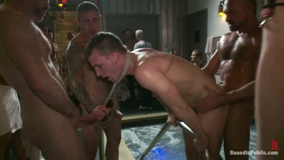 Homo wordt ontgroend in gay gangbang