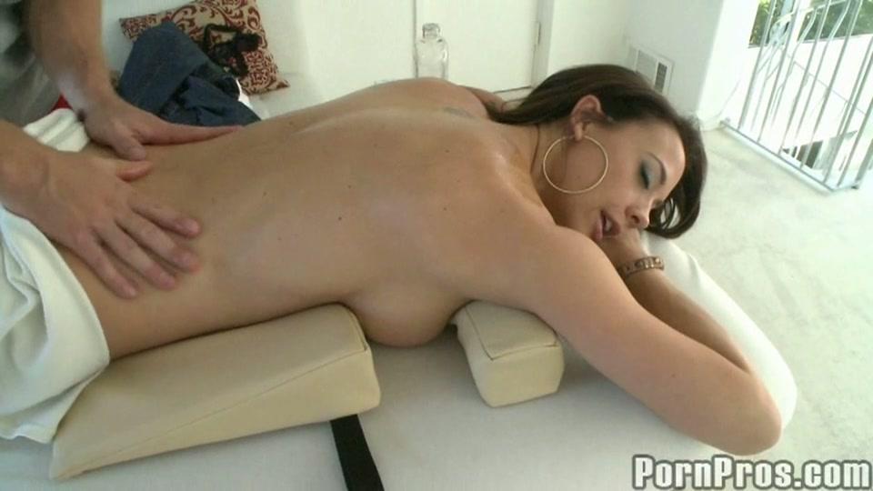 Een naakte sexy nymfo op zijn massagetafel