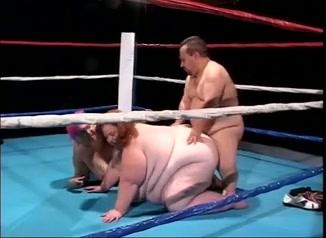 Zwaargewichten versus dwerg, porno in box ring.