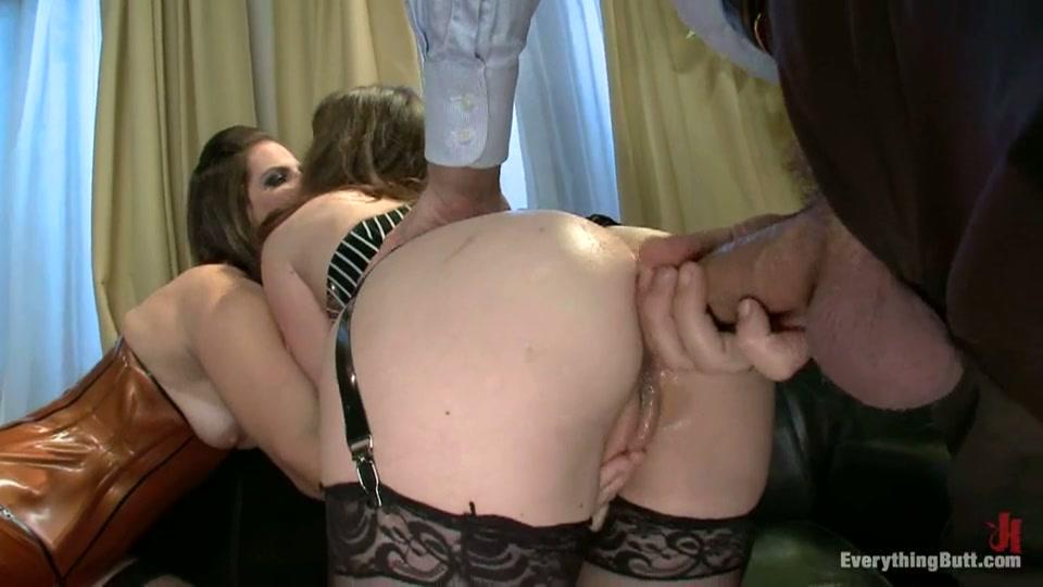 Tiener meisje hard anal geneukt in geile trio