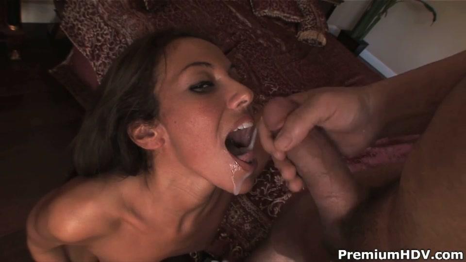De sperma loopt in en langs de mond van de geile milf