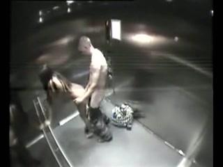 Geil stel betrapt tijdens sex in de lift