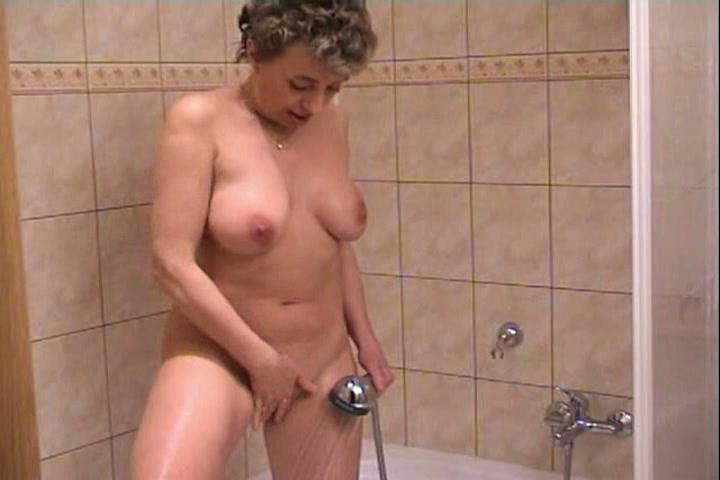 De geile huisvrouw krijgt maar geen genoeg van het mastuberen in de douche