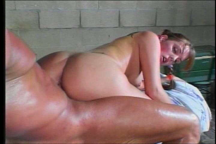 Ze verliest haar maagdelijkheid in een boerenschuur