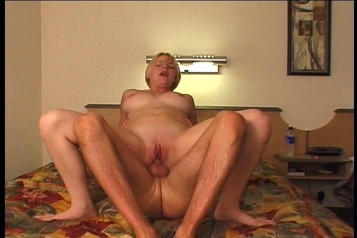 Zijn grote lul laat het blondje schreeuwen tijdens het neuken