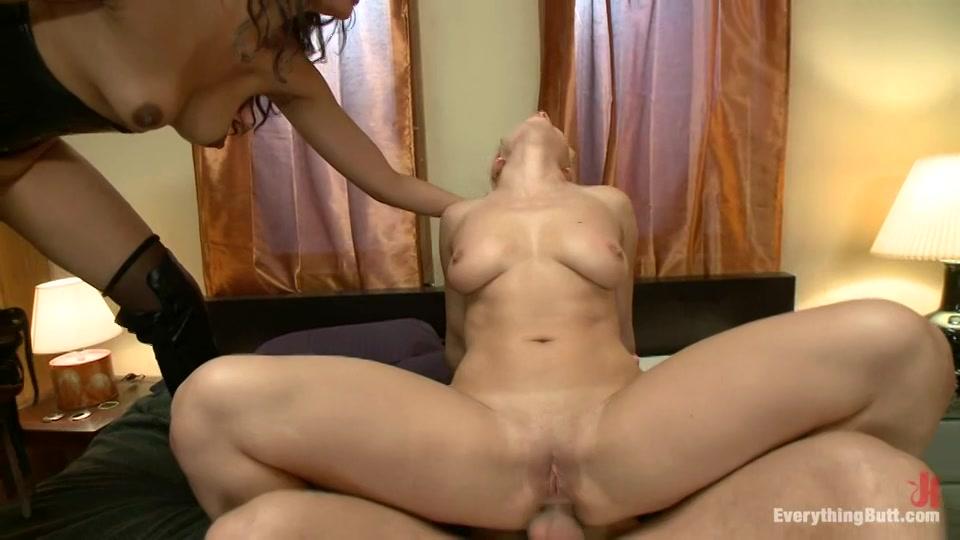 In deze trio sex laat ze haar vriendin anal neuken