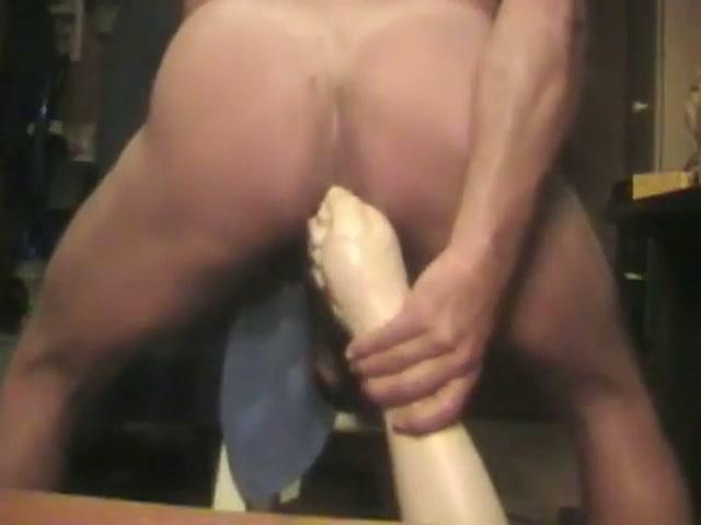 De vuist dildo gaat diep zijn anus in