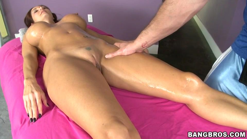 Hij masseert haar grote tieten en kale kut