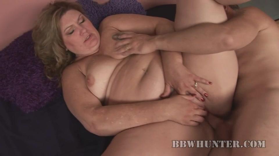 Kreunend en haar klit masserend word de dikke vrouw geneukt