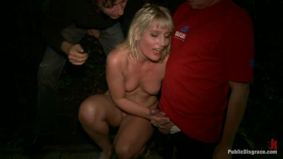 Blondje sexueel misbruikt in het openbaar
