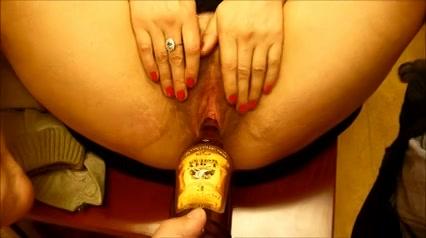 Een fles sherry in haar harige rijpe kut