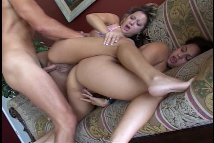 Hij neukt haar bisex vriendin en zijn vriendin