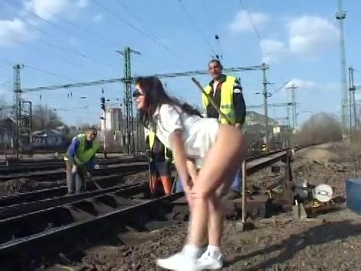 Ze flashed haar blote kutje bij spoorwegwerkers