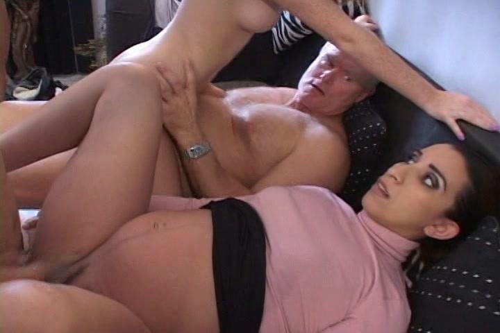 Zijn zwangere vrouw wil meedoen met de orgie