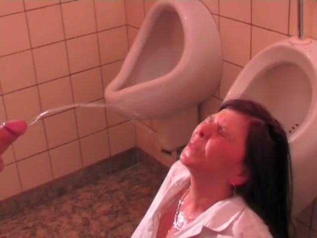 Toilet juffrouw in haar gezicht geplast en geneukt