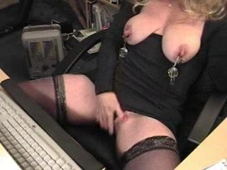 Geile huisvrouw speelt met haar grote tepels en mastubeerd haar kut