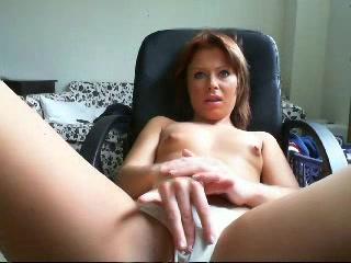 Met alleen haar slipje aan mastubeerd ze voor de webcam