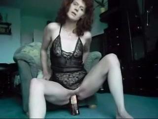 Kijk hoe de geile huisvrouw mastubeerd met een fles