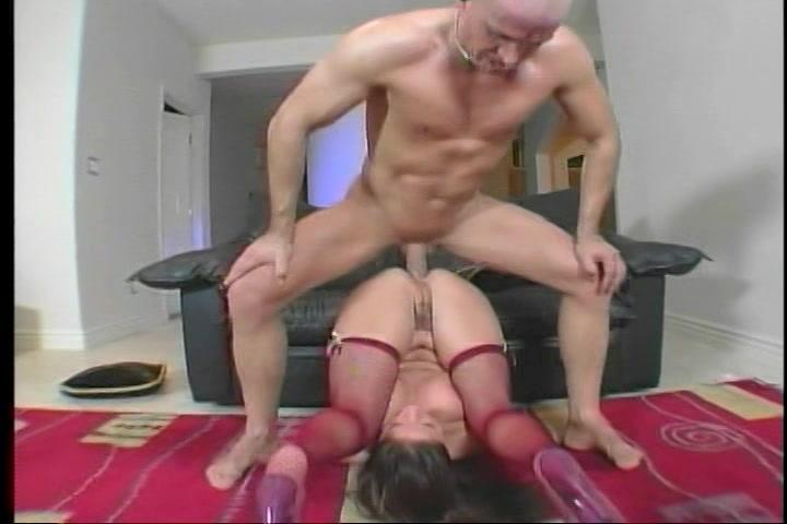 In de gekste standjes neukt hij haar mond kut en anus