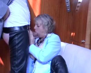 Kijk hoe deze geile huisvrouw de dikke lul een pijp beurt geeft