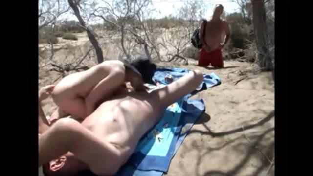 Terwijl ze buiten sex heeft met haar man kijkt iemand toe en trekt zich af