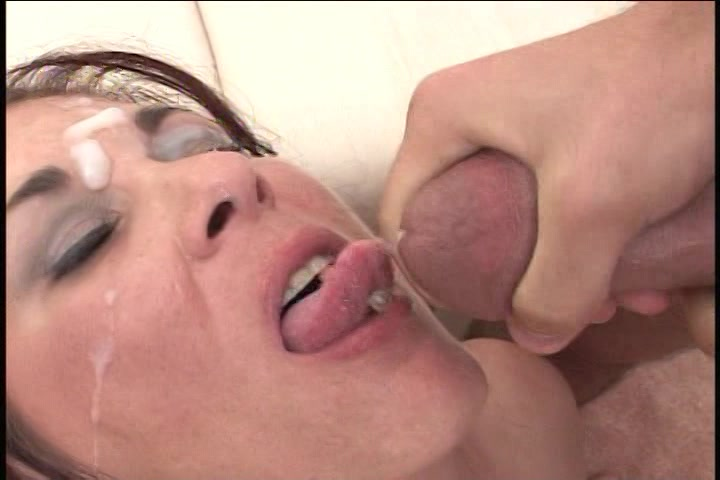 Geile slet in sexy lingerie krijgt haar gezicht vol sperma
