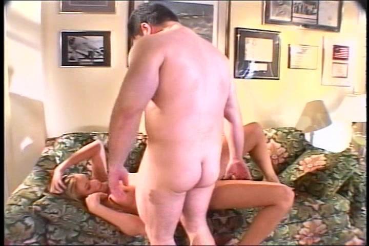 Hij neukt de mooie porno ster en spuit haar mond vol sperma