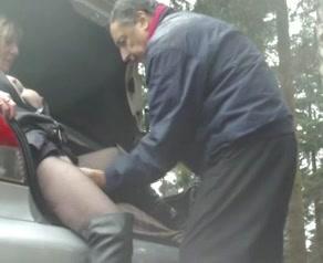 De oudere man laat de tippelende hoer pijpen en aftrekken