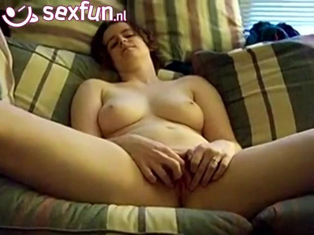 Ze schokt en trilt als ze een orgasme krijgt