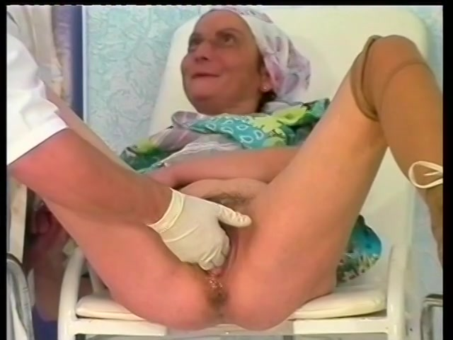 Oma word met een vuist geneukt en krijgt haar kut vol sperma