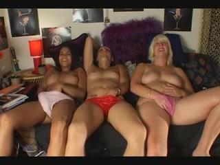 Drie mooie meisje masturberen op een rij