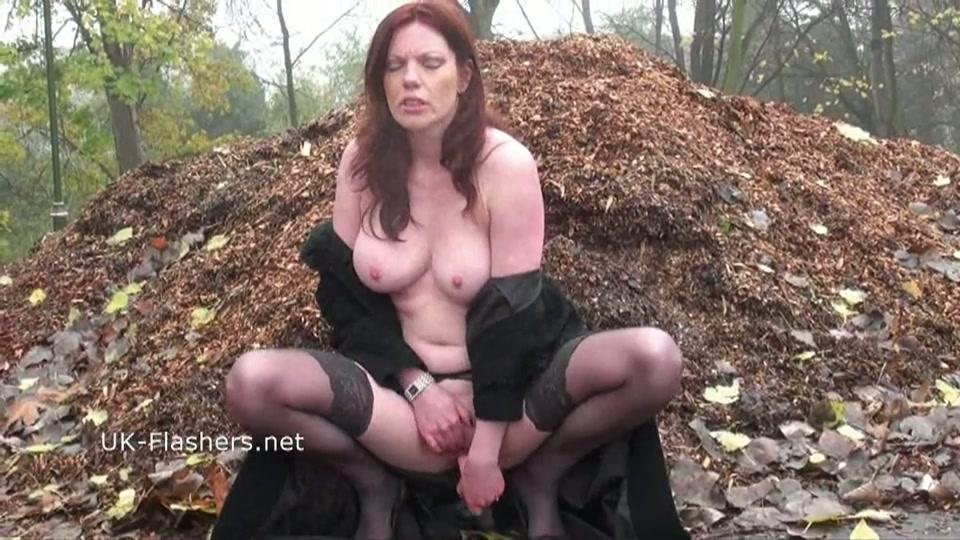 Naakt lopen en mastuberen in het bos
