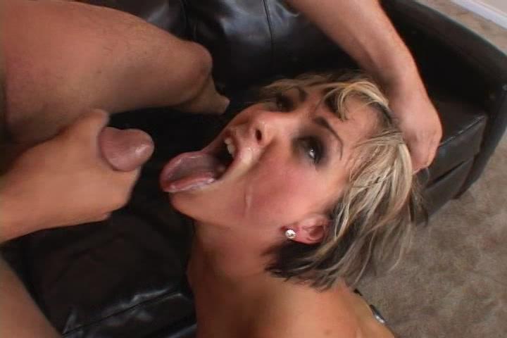 Ze word geneukt en krijgt haar gezicht vol sperma