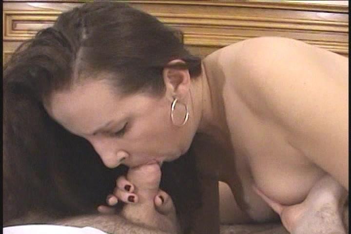 Langzaam druppelt de sperma op haar mond