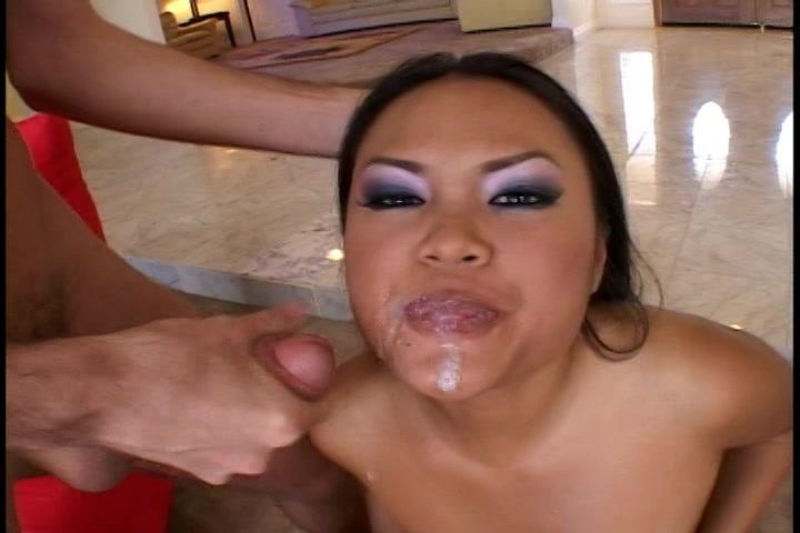 Zijn sperma spat tegen het gezicht van deze Aziatische hoer