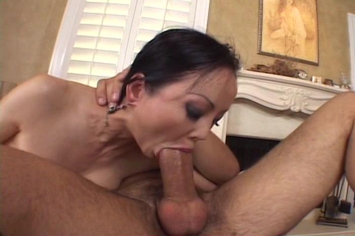 Hij laat haar pijpen en neukt haar mond tot hij klaar komt