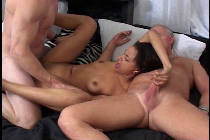 Een trio sex met twee oudere mannen en een geile negerin