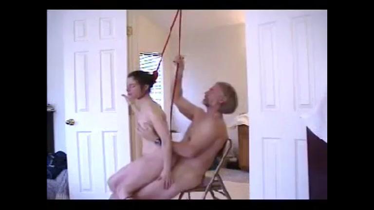 Door een oudere man geneukt worden en wurg sex daar houd ze van